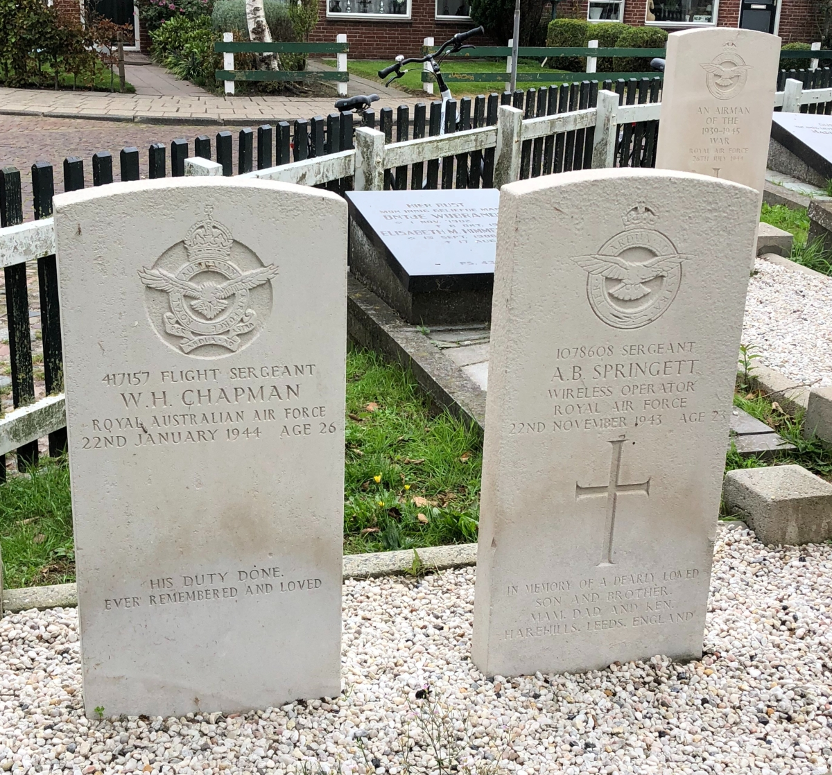 British and Australian Air Force buried in Hinderloopen